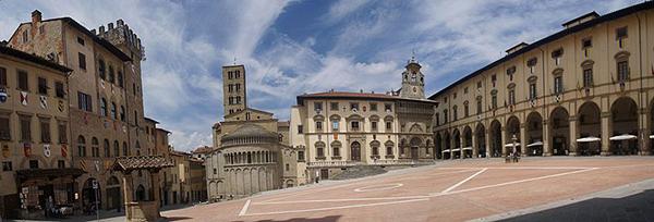 Arezzo,_Piazza_Grande_-_panoramio